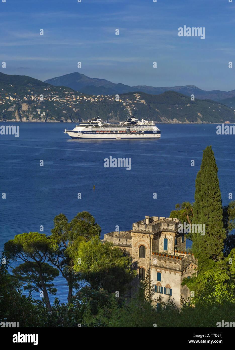 Nave da crociera e Castello Brown, Portofino, Italia Foto Stock