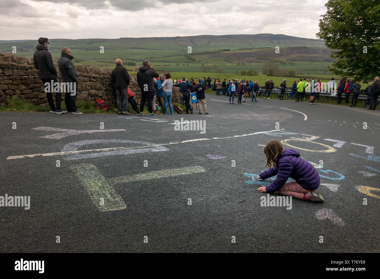 Regno Unito Sport: Cote de Barden Moor, Skipton North Yorkshire, Regno Unito. Il 5 maggio 2019. I bambini passano il tempo decorare le strade sulla fase 4 del Tour de Yorks Immagini Stock