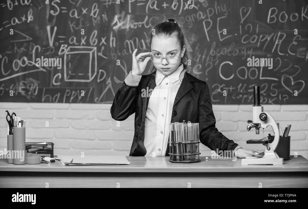 Osservare le reazioni chimiche. La reazione chimica molto più eccitante della teoria. Ragazza che lavora esperimento chimico. Esperimento educativo. Scienze naturali. La chimica e la biologia lezioni. Classi scolastiche. Immagini Stock