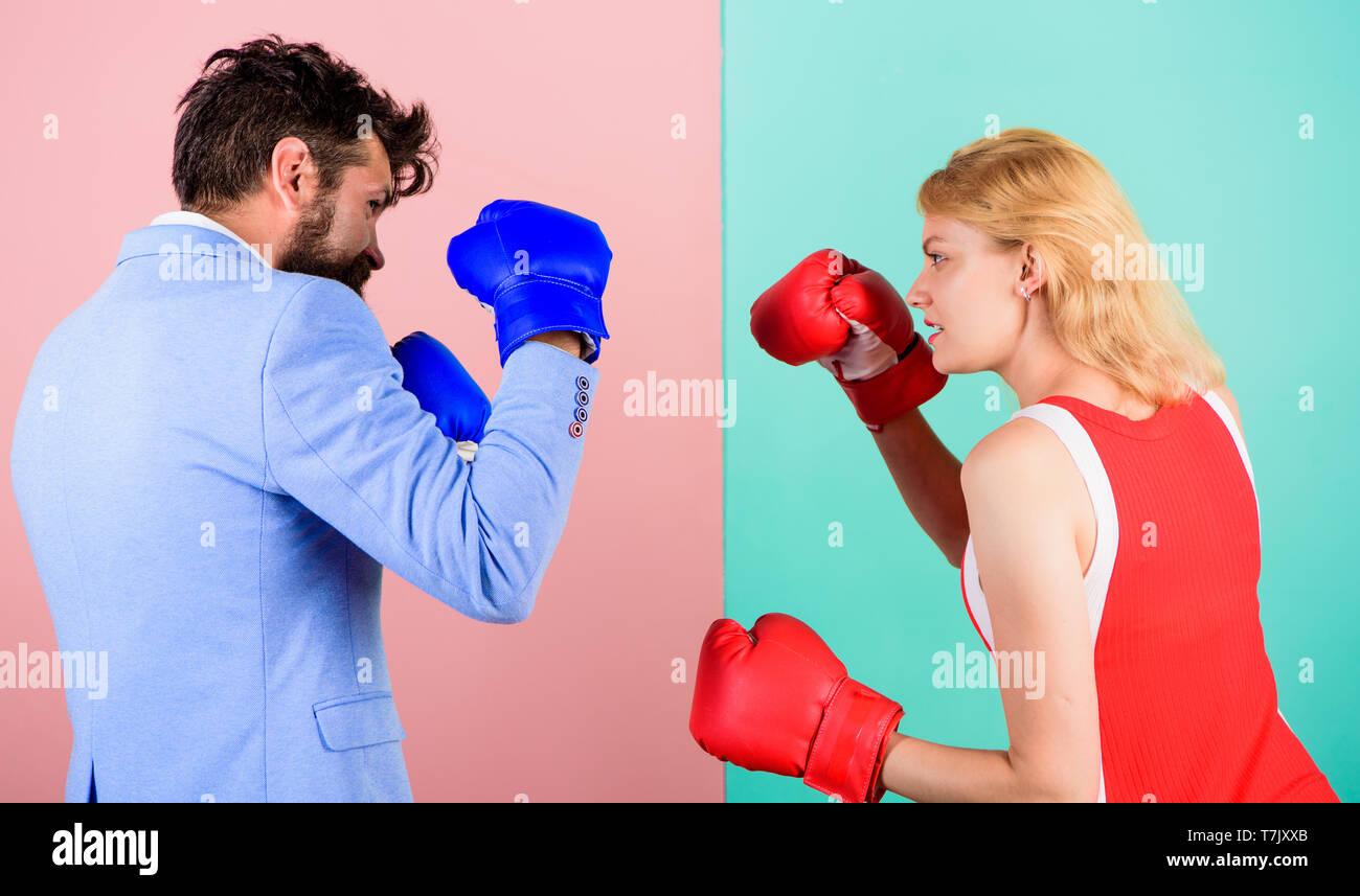 Uomo abito formale e atletico donna boxe lotta. Matura in amore competere nel pugilato. Maschi e femmine di boxer combattimenti a guanti. Concetto di dominazione. Battaglia di genere. Sesso parità di diritti. La parità tra i sessi. Immagini Stock
