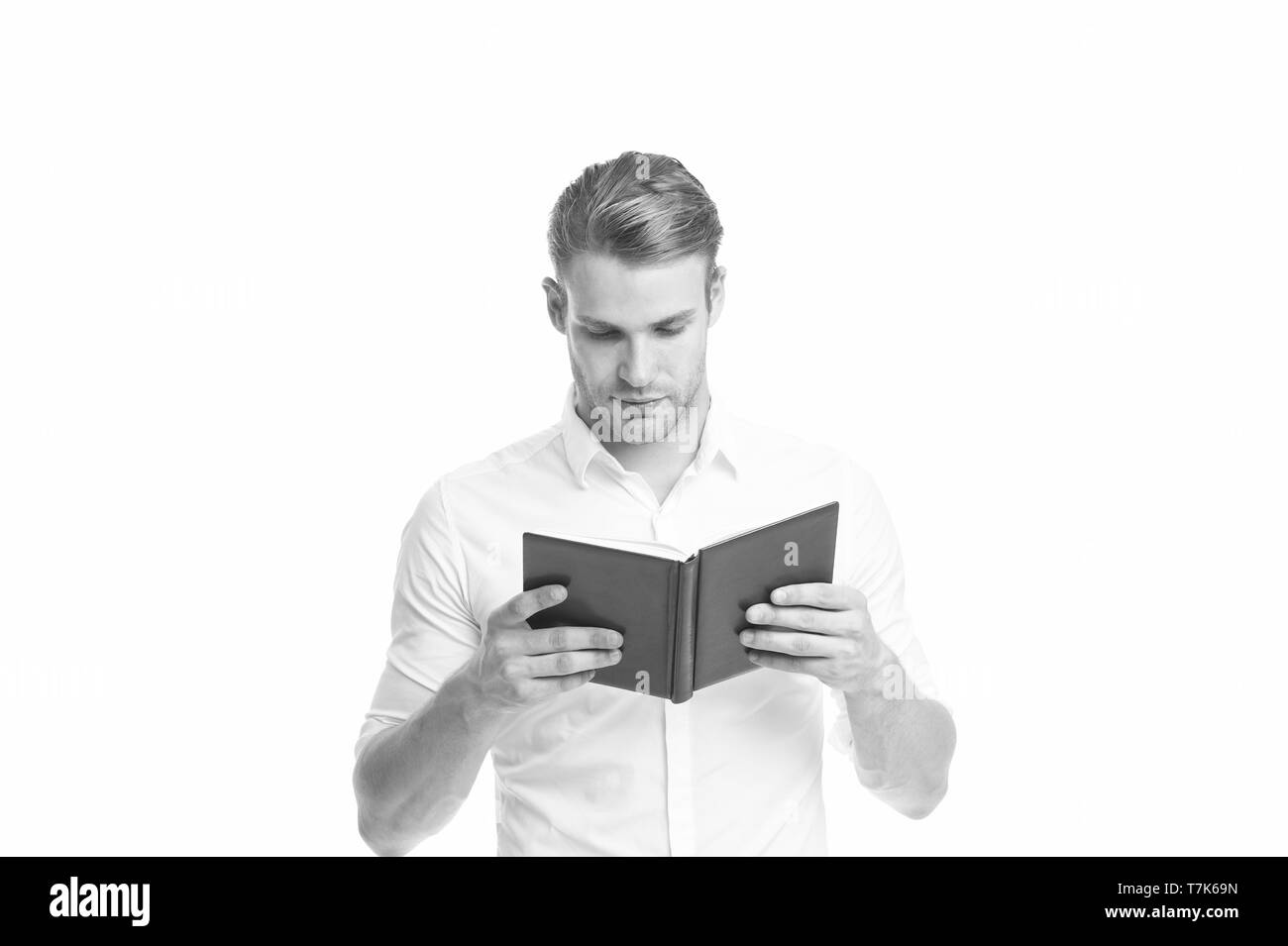 Imprenditore bello la lettura del libro. Imprenditore leggere il libro per il miglioramento di auto. Cerca interessante idea. Leggendo la letteratura per adulti. L uomo nella ricerca di informazioni per il progetto di business. La lettura come hobby. Immagini Stock