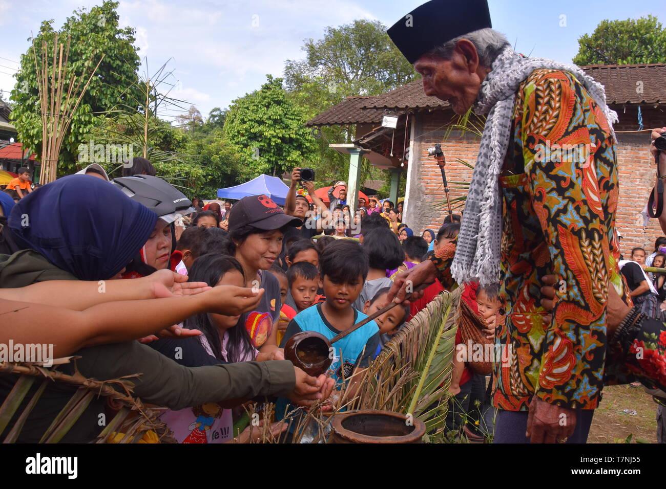 """""""Bojong Banyu', villaggio indonesiano tradizioni benvenuti il mese di digiuno, sciacquare con acqua da un villaggio molla che mai si asciuga Immagini Stock"""