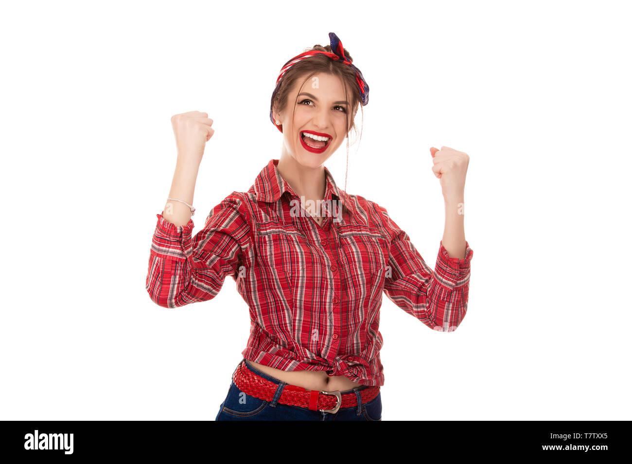 Ritratto di giovane e bella donna con i capelli lunghi in una camicia a quadri incrociò le braccia