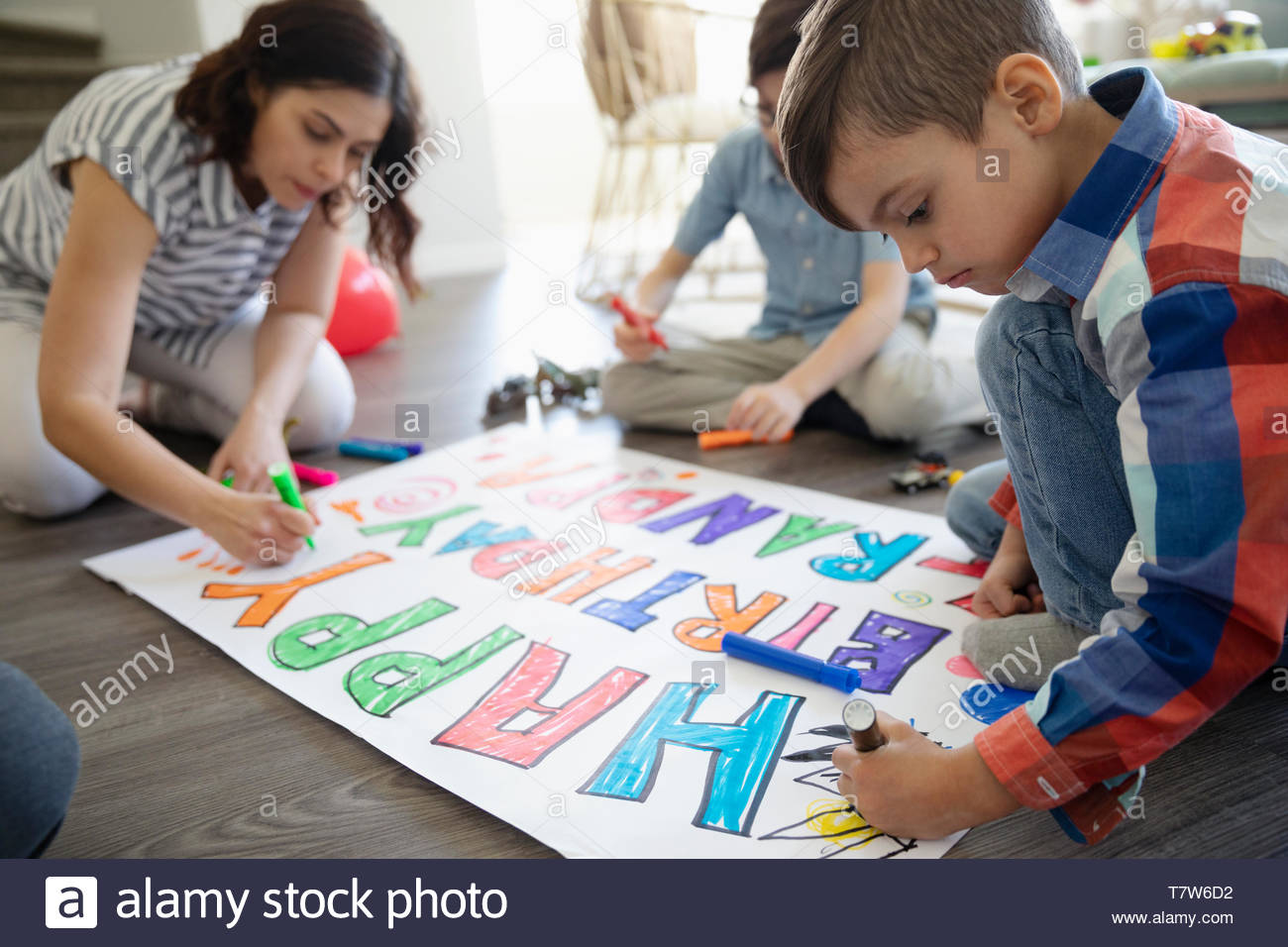 Famiglia compleanno di colorazione segno sul pavimento Foto Stock
