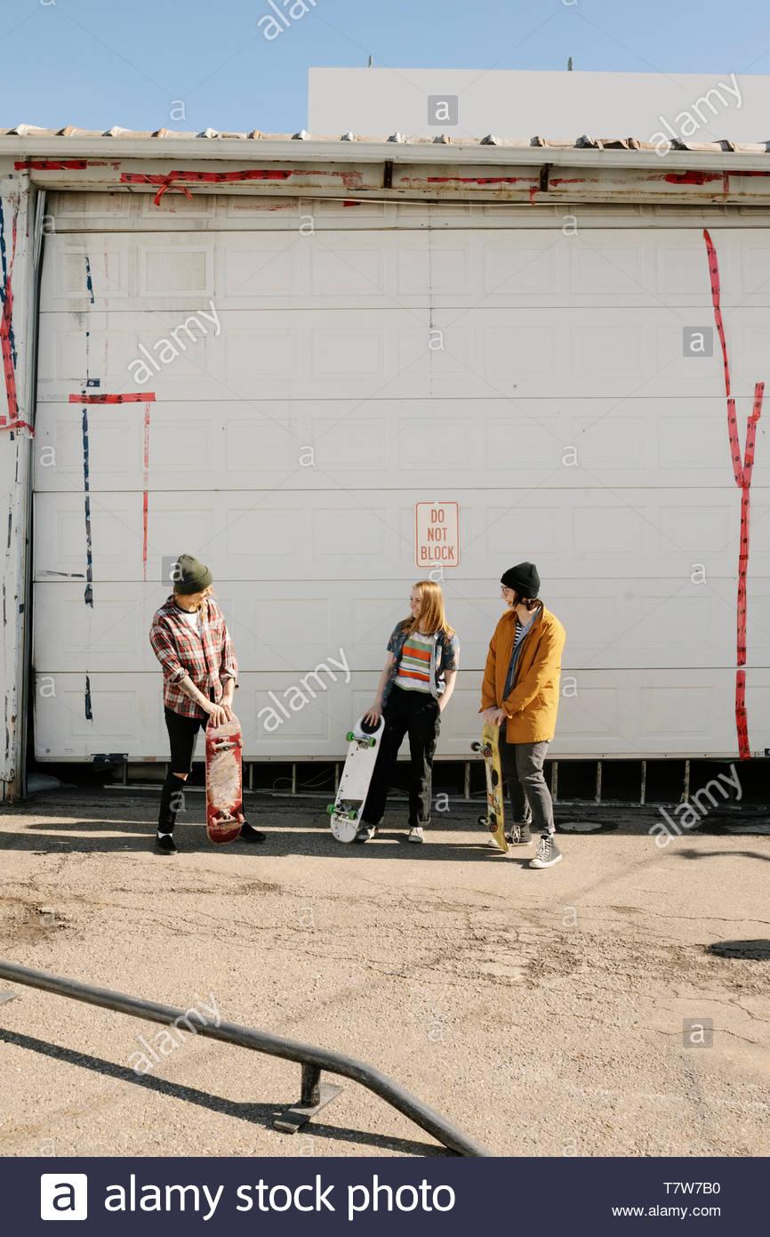 Skateboarders appendere fuori in parcheggio Immagini Stock