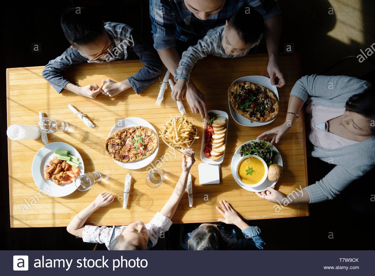 Famiglia godendo il pranzo al ristorante soleggiato tabella Immagini Stock