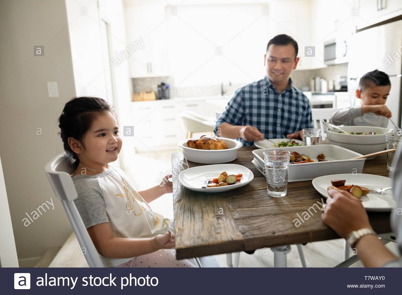Famiglia di gustare la cena in tabella Foto Stock