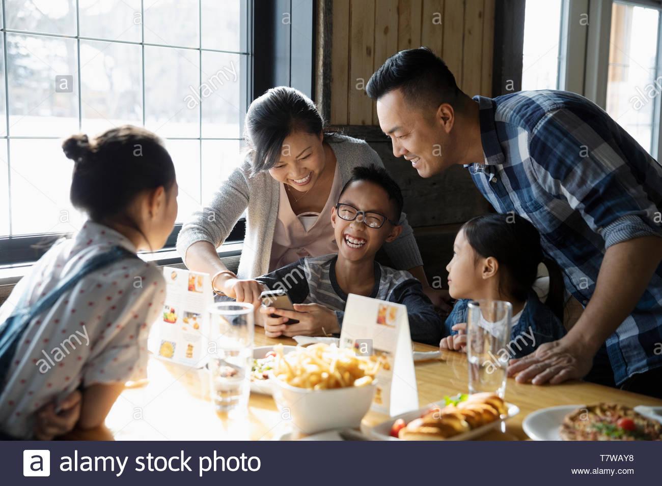 Famiglia di mangiare il pranzo in ristorante Immagini Stock