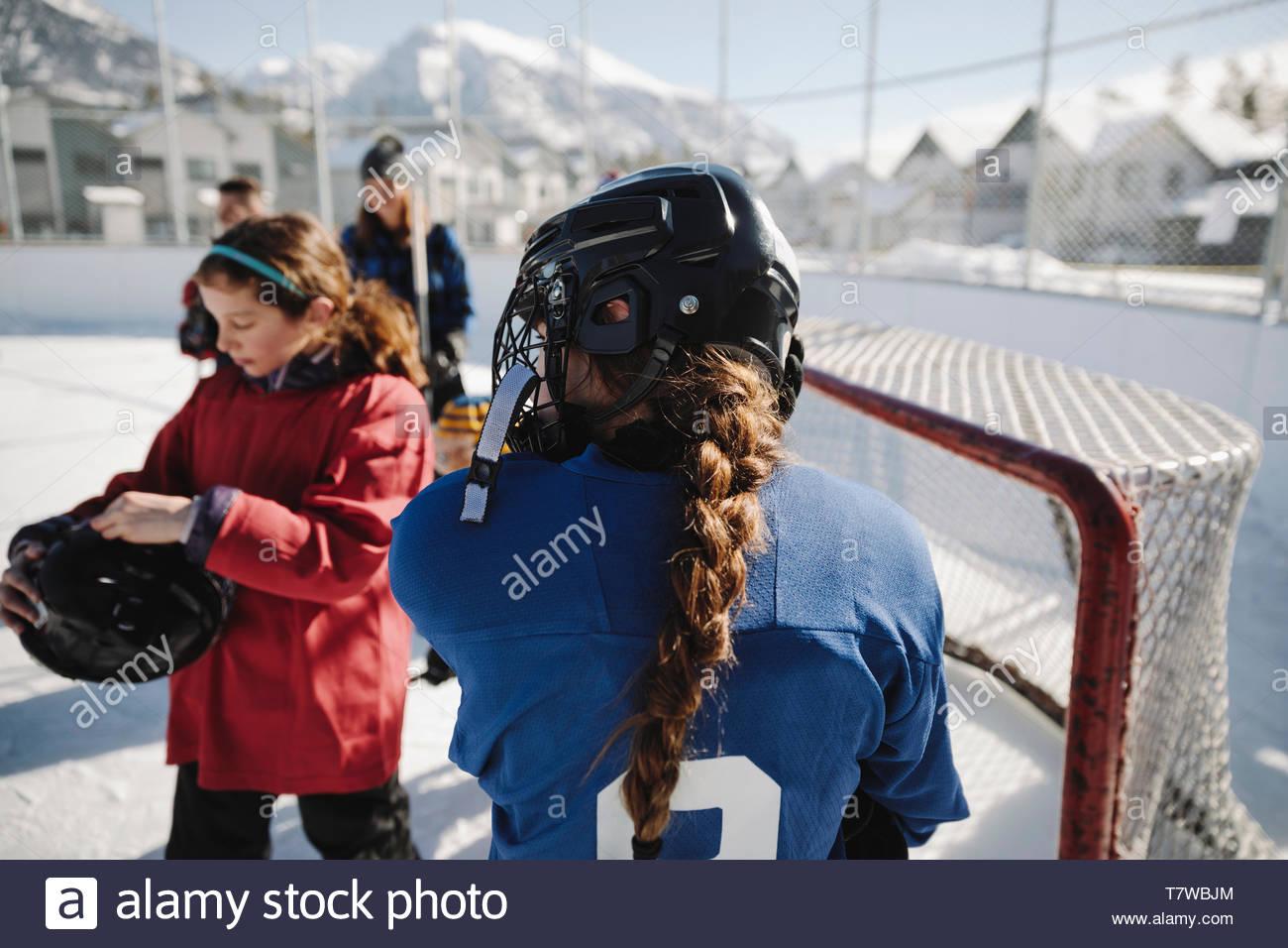 Le ragazze a giocare all'aperto di hockey su ghiaccio Immagini Stock