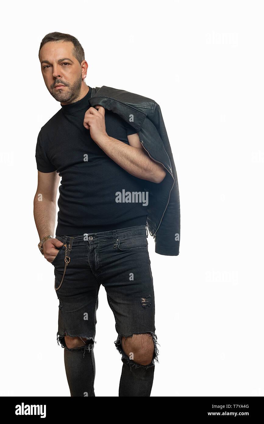 online store c1edd 24f48 Eleganti uomo in posa con la giacca di pelle gettato sopra ...