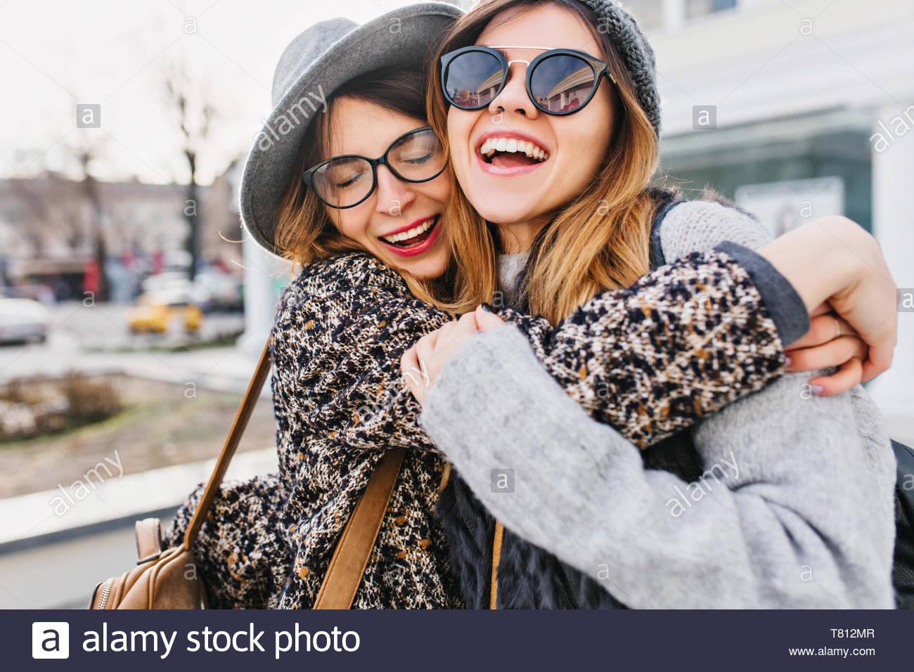 Felice brightful momenti positivi di due ragazze eleganti costeggiata sulla strada in città. Closeup ritratto divertente gioiosa attarctive giovani donne divertendosi, sorridente, Momenti incantevoli, migliori amici Immagini Stock