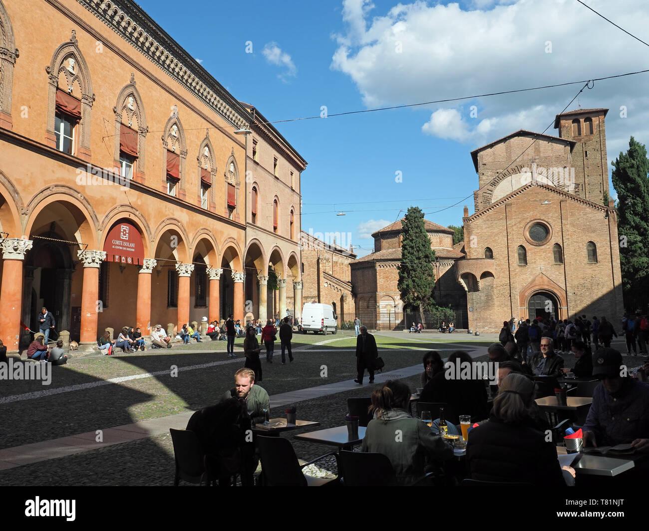 Vista di coloro che godono di un drink a tardo pomeriggio in Piazza Santo Stefano a Bologna Italia Immagini Stock