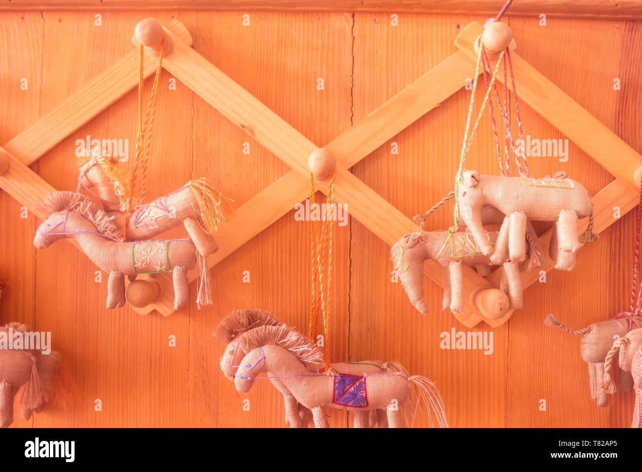 Horse pensili principali cartoon fanno di cotone sulla parete di sfondo di legno Immagini Stock