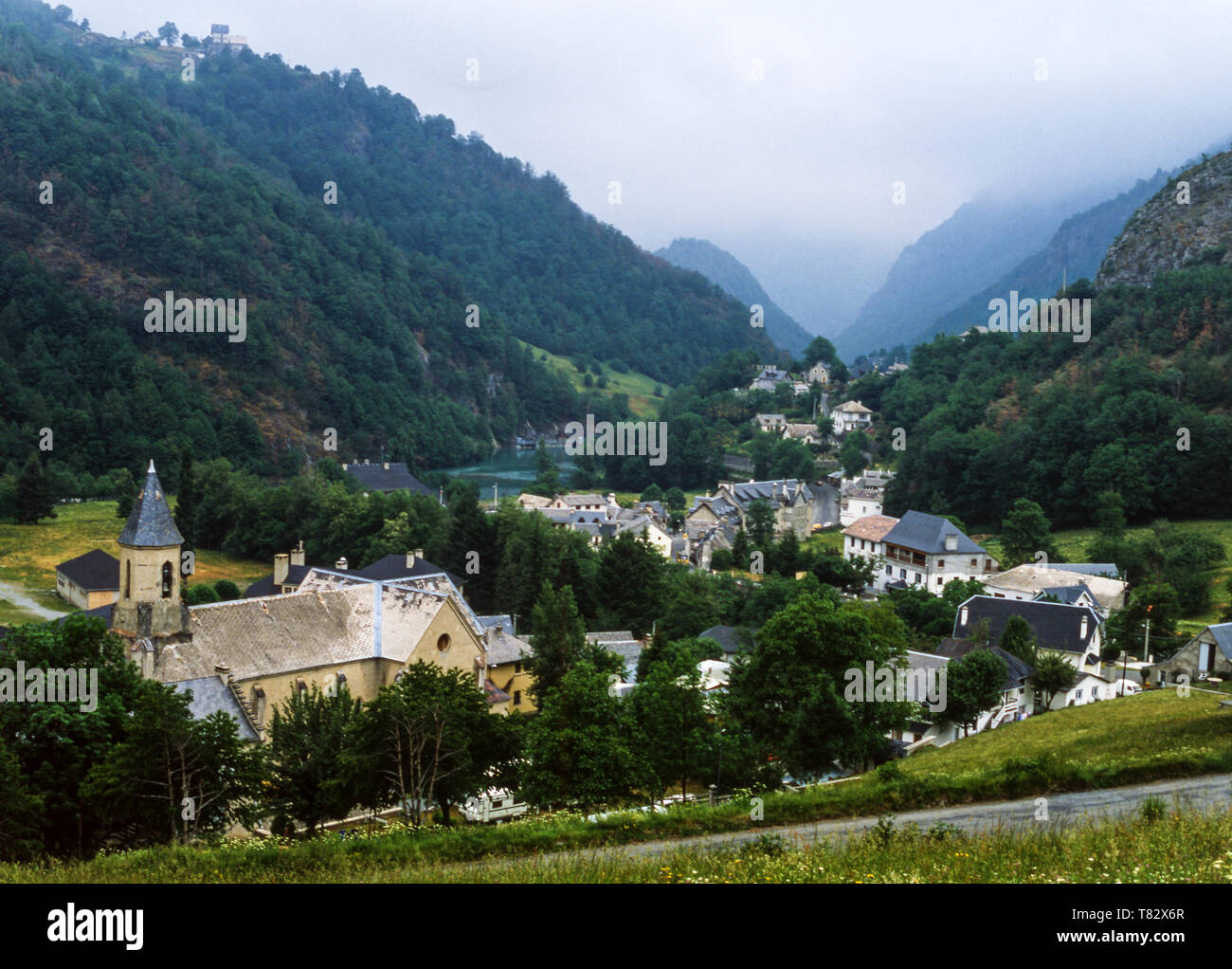 La città di Gedre nella valle del Gave de Gavarnie. Alti Pirenei.a sud-ovest della Francia. Immagini Stock
