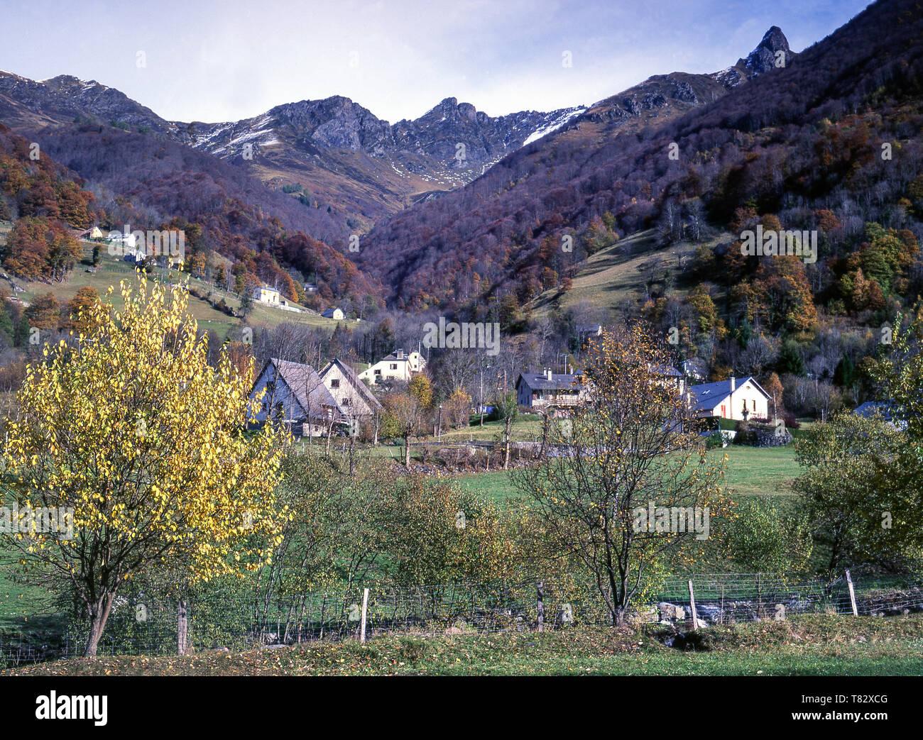 Hautes-Pyrenees.La valle del Gave de Cauterets appena al di sotto della città alpina di Cauterets Immagini Stock