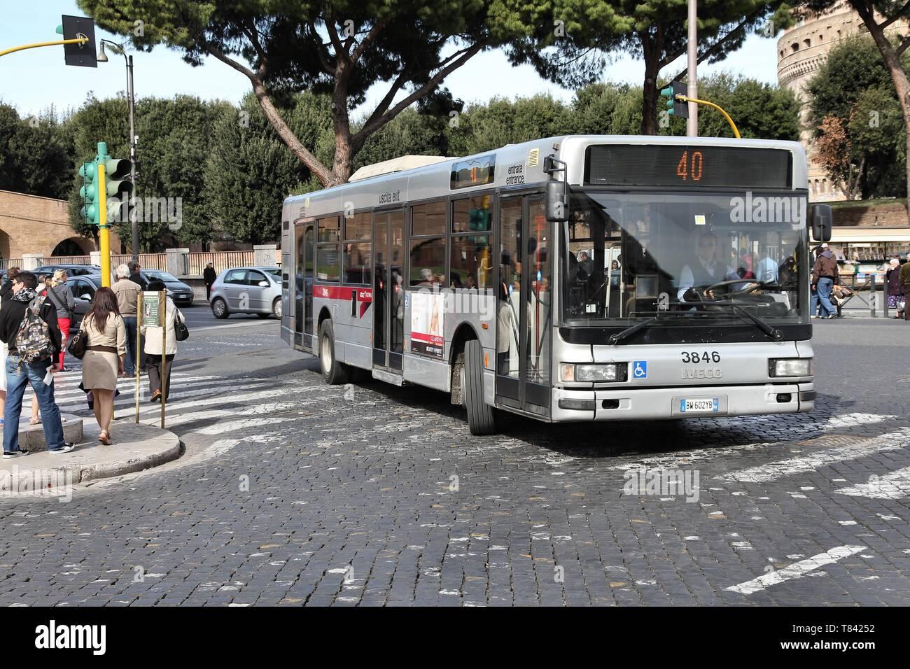 Roma - Aprile 9: Persone ride autobus Iveco gestito da ATAC il 9 aprile 2012 a Roma. Con 350 linee di autobus e 8000 fermate degli autobus ATAC è uno dei più grandi autobus Immagini Stock