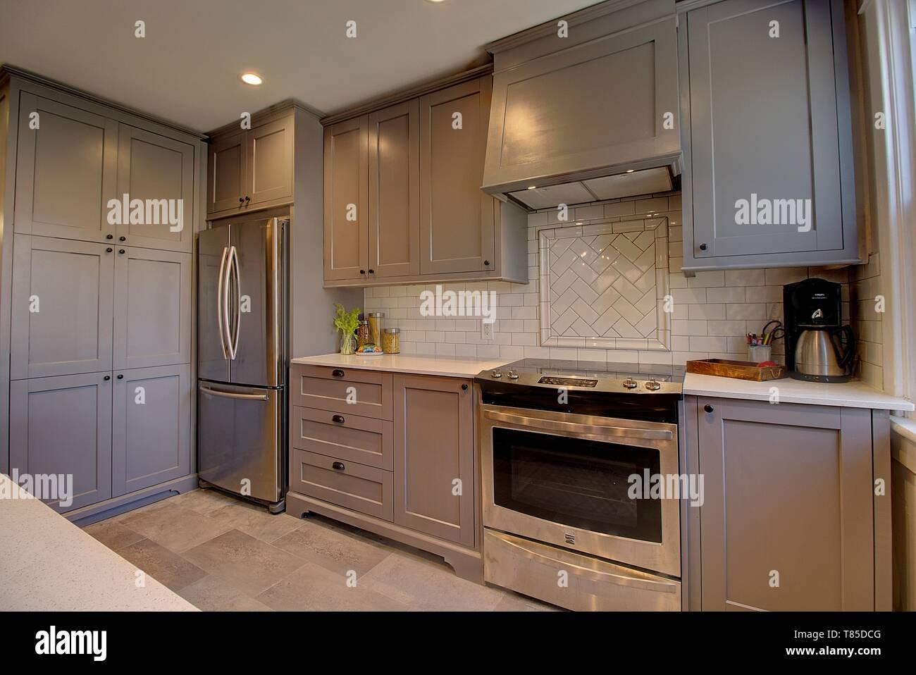 Moderna cucina con elettrodomestici in acciaio inox Foto ...