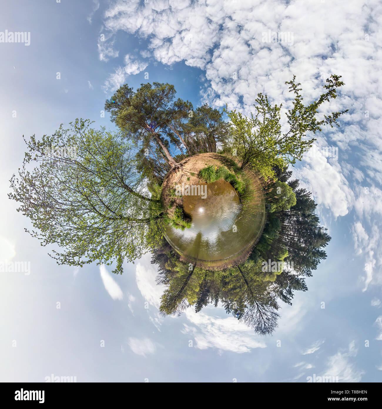 Piccolo pianeta sferiche di panorama a 360 gradi. Antenna sferica vista nella foresta in buona giornata. La curvatura dello spazio Immagini Stock