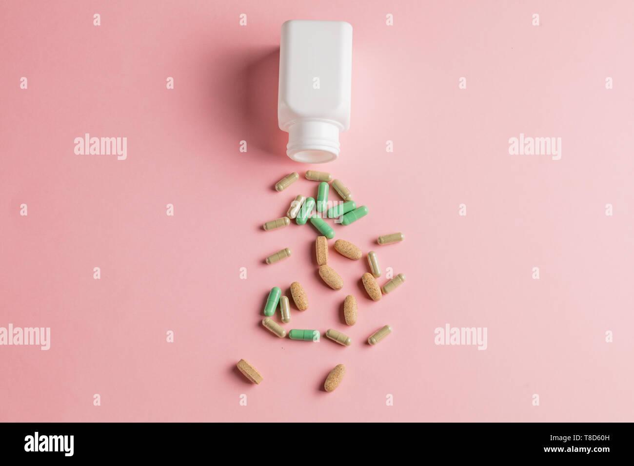 La Droga Pillole Medicina Isolato Su Sfondo Rosa La Salute E La Cura Del Corpo Wellness E Benessere Top View Foto Foto Stock Alamy