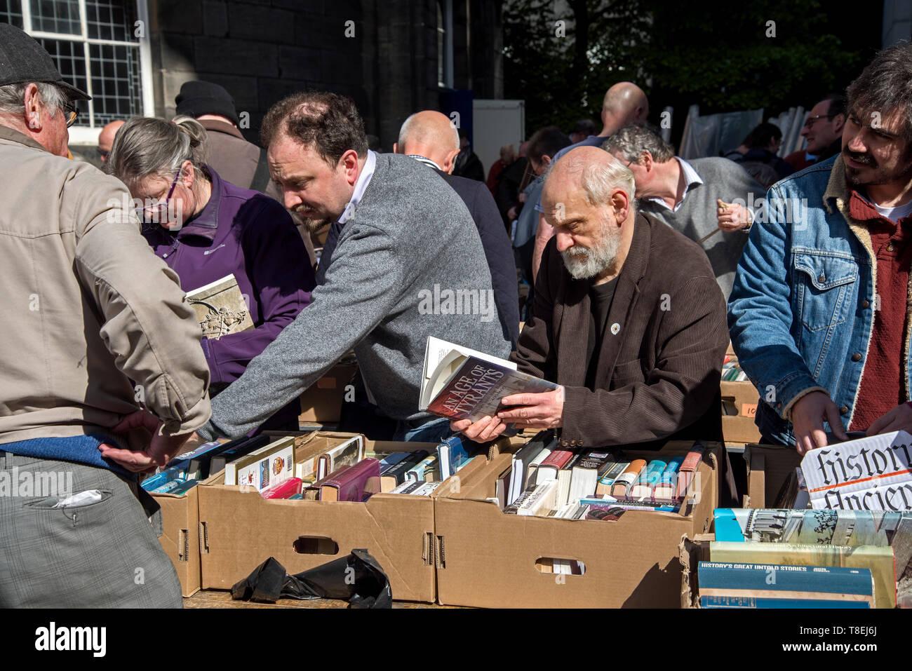 I clienti all'annuale Christian Aid Prenota vendita a Sant'Andrea e St George's West Chiesa su George Street, Edimburgo, Scozia, Regno Unito. Immagini Stock