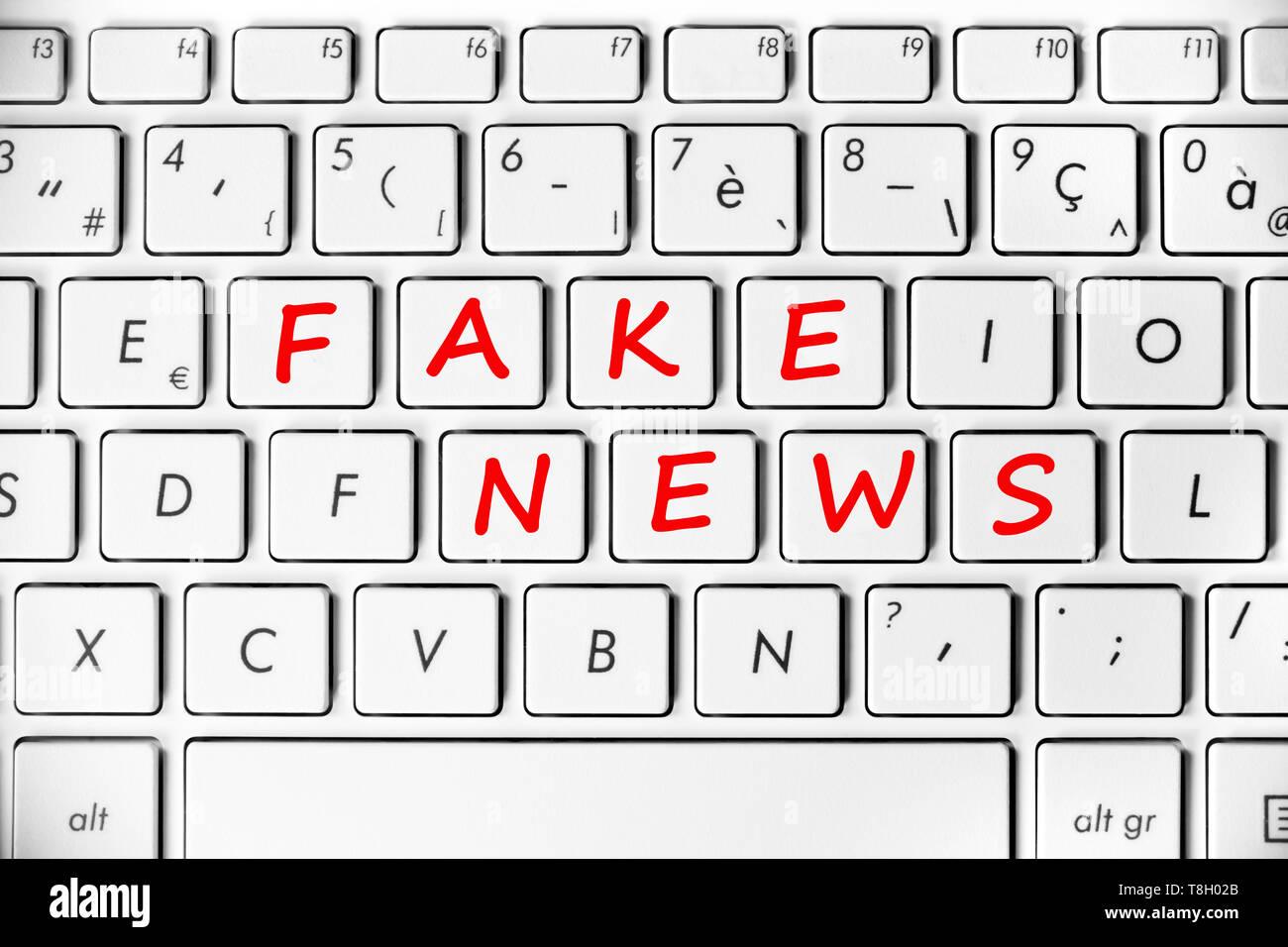 Falsa notizia scritta sulla tastiera di un computer lo sfondo Immagini Stock
