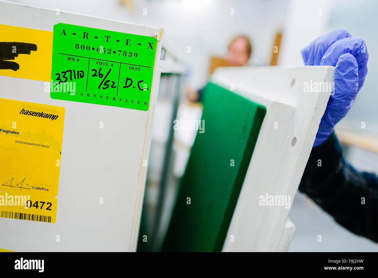 """Mannheim, Germania. 14 Maggio, 2019. Un dipendente si blocca una scatola di trasporto per le opere d'arte della Mannheimer Kunsthalle. Non solo il personale ad alta intensità di appalti di opere, ma anche i canoni di noleggio, l'aumento dei premi di assicurazione e le sempre più severe le modalità di trasporto sono causa di problemi per i musei. (A DPA-KORR: 'della difficoltà dei musei con prestiti"""" su 14.05.2019) Credito: Uwe Anspach/dpa/Alamy Live News Immagini Stock"""