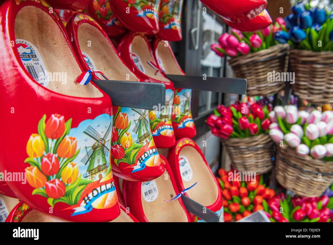 Zoccoli tradizionali e tulipani souvenir olandesi presso i giardini Keukenhof - Olanda souvenirs - Olanda negozio di souvenir - cliché olandese - Olandese stereotipi Immagini Stock