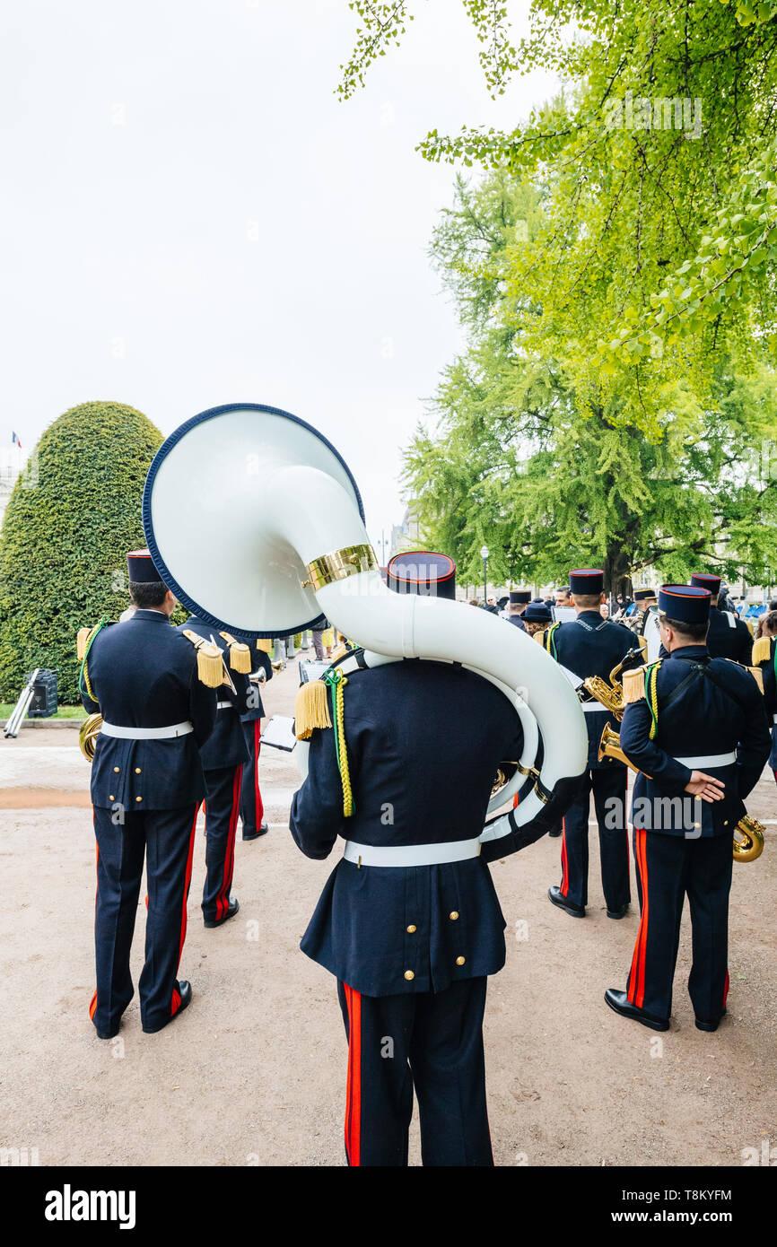 Strasburgo, Francia - 8 Maggio 2017: cerimonia per gli alleati occidentali la Seconda Guerra Mondiale la vittoria armistizio in Europa segna il 72º anniversario della vittoria - giocare in grandi tuba in ottone Foto Stock