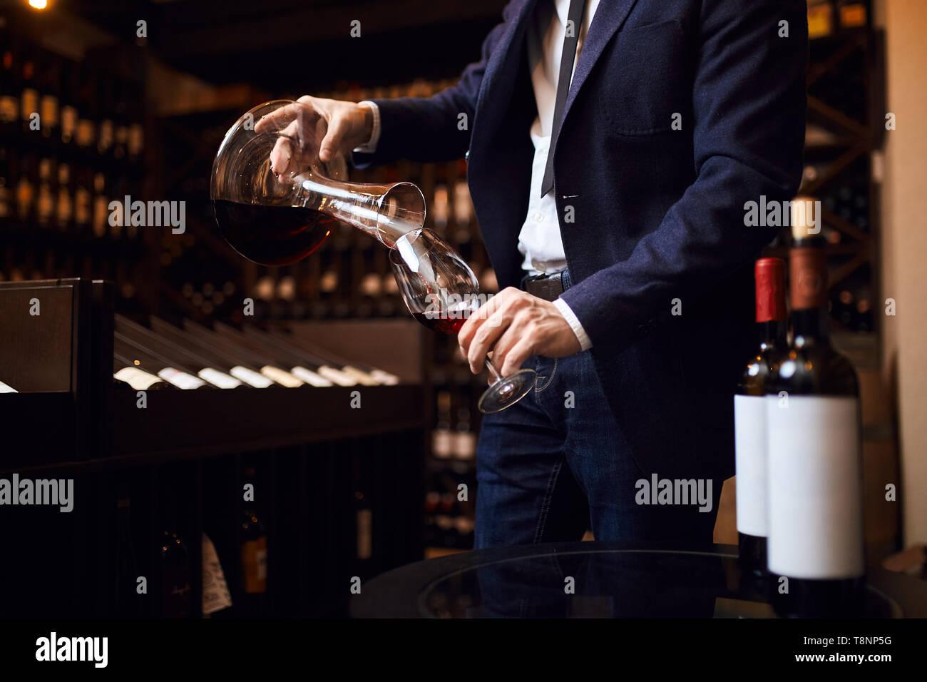 Giovane uomo la miscelazione di vini. creazione del vino indimenticabile. concetto d'arte. close up foto ritagliata Foto Stock