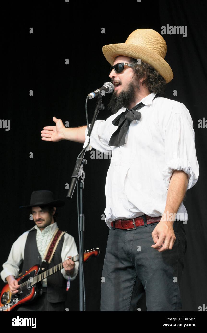 Vinicio Capossela e la Banda della Posta (l'ufficio postale banda) eseguendo Womad Festival, Charlton Park, Regno Unito, 27 Luglio 2014 Immagini Stock