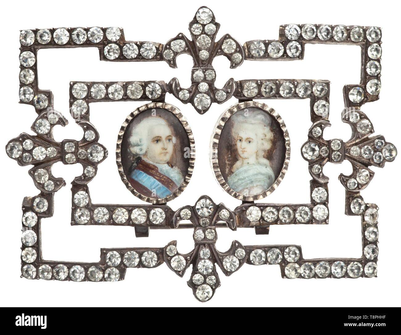 Una cortigiana francese scarpa fibbia adornata con ritratti in miniatura, circa 1780 Openworked fibbia in argento con quattro montato fleur-de-lys ornamenti e intarsiata sulla parte anteriore con 146 strass in un diamante tagliato. Al centro due incorniciato ritratti in miniatura su avorio sotto vetro mostra Maria Antonietta e Luigi XVI. Un secondo cavalletto di supporto saldata sul retro. Larghezza 7,3 cm, peso 50,5 g. Un bel pezzo di significato storico. storica, storica del XVIII secolo, Additional-Rights-Clearance-Info-Not-Available Foto Stock