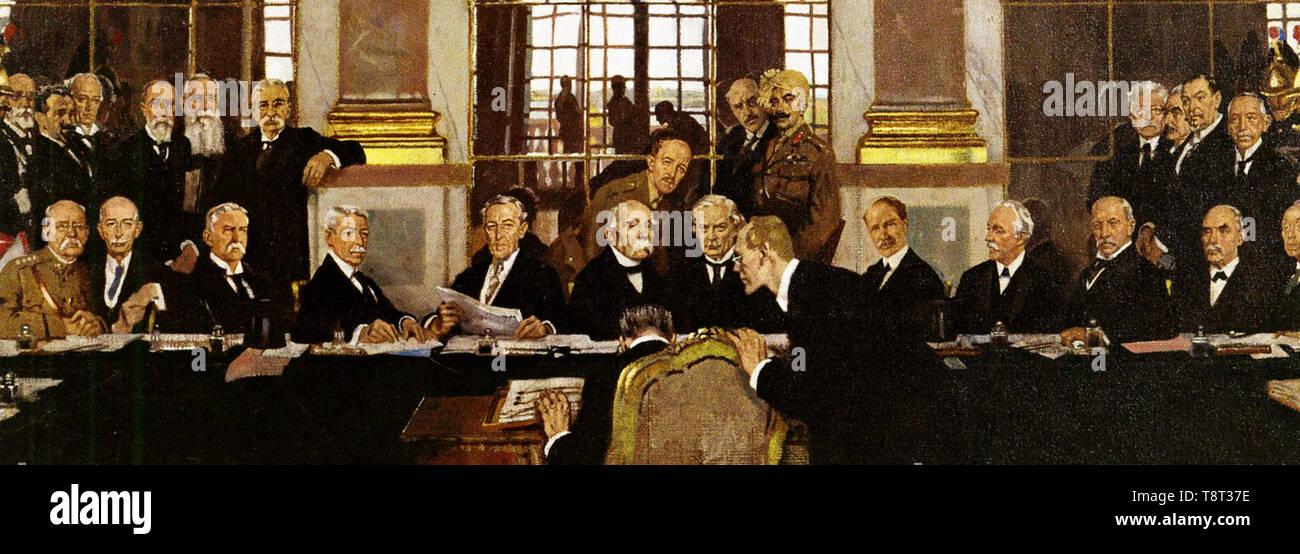 Trattato di Versailles. Il tedesco Johannes Bell firma il Trattato di Versailles nella Sala degli Specchi, con varie delegazioni degli Alleati seduti e in piedi di fronte a lui. Immagini Stock