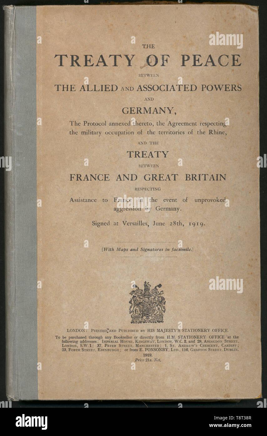 Il coperchio di una pubblicazione del Trattato di Versailles in inglese si legge nel testo del trattato di pace tra gli alleati E I RELATIVI POTERI E GERMANIA, il protocollo ad esso allegato, l'accordo rispettando l'occupazione militare dei territori del Reno E DEL TRATTATO TRA LA FRANCIA E LA GRAN BRETAGNA RISPETTO Assistenza alla Francia in caso di aggressione da parte della Germania. Firmato a Versailles, Giugno 28th, 1919. Immagini Stock