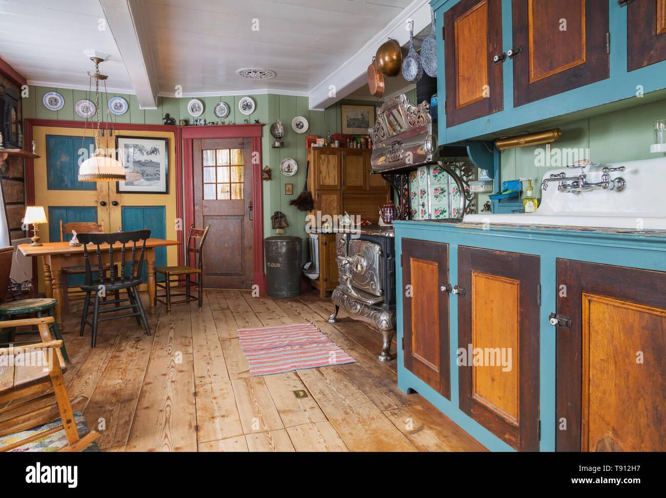 Case Tavolo Legno Cucina Antico.Antique Kettles Immagini Antique Kettles Fotos Stock Alamy