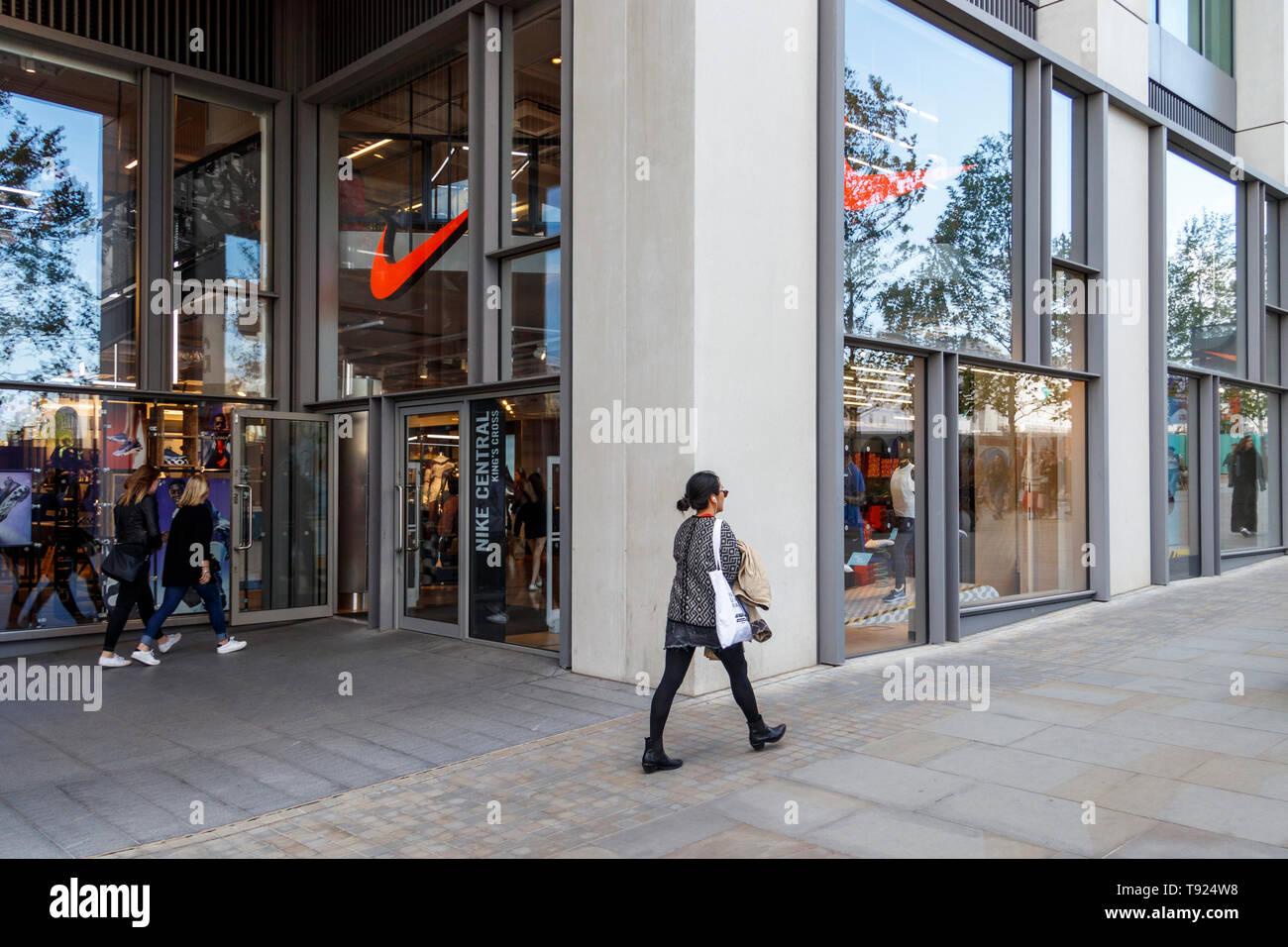 6705bffecc Una donna cammina oltre la centrale di nike store su King's Boulevard,  King's Cross,