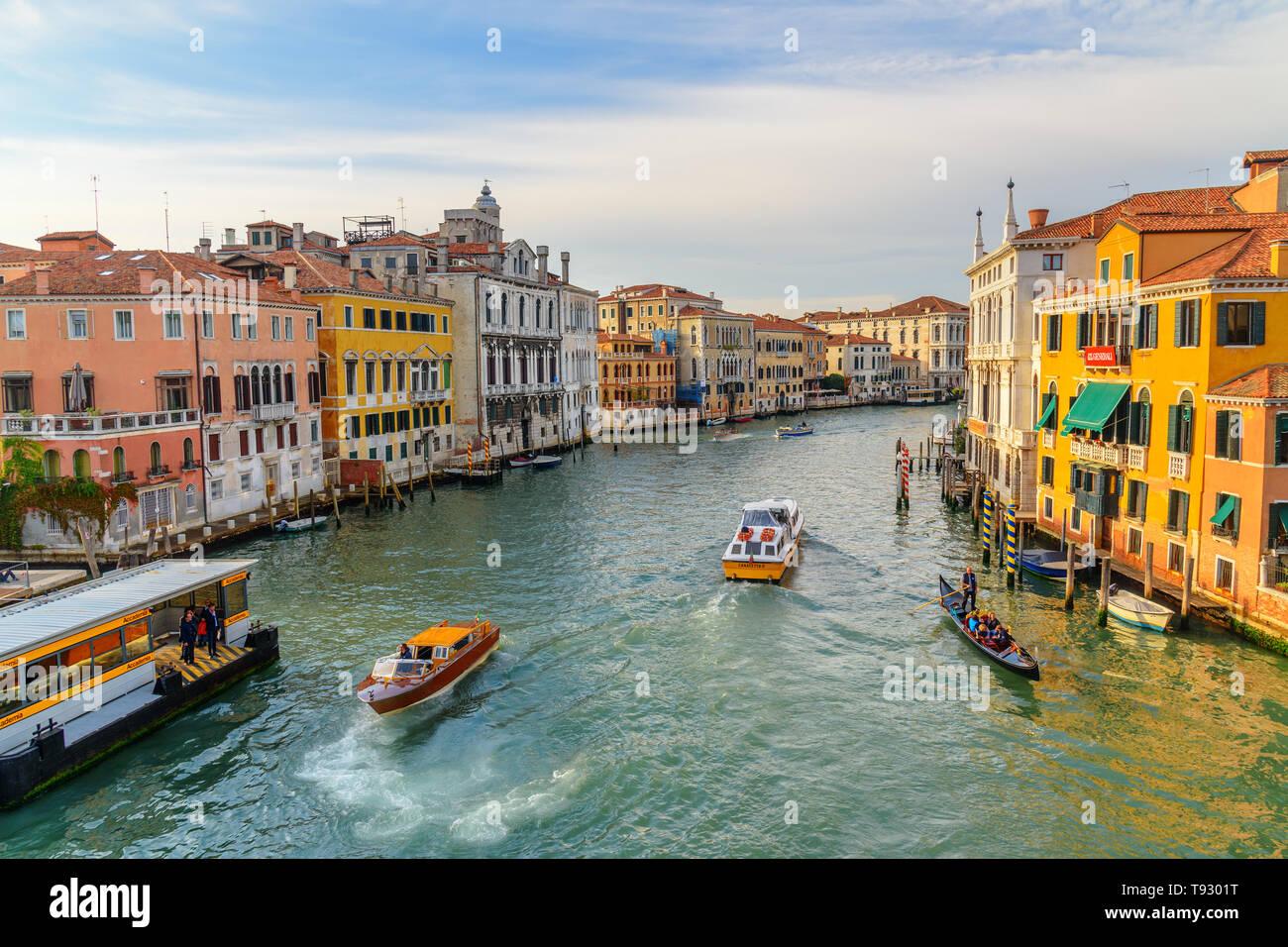 Venezia, Italia - 23 Ottobre 2018: vista del Canal Grande dal Ponte dell'Accademia di Venezia Foto Stock