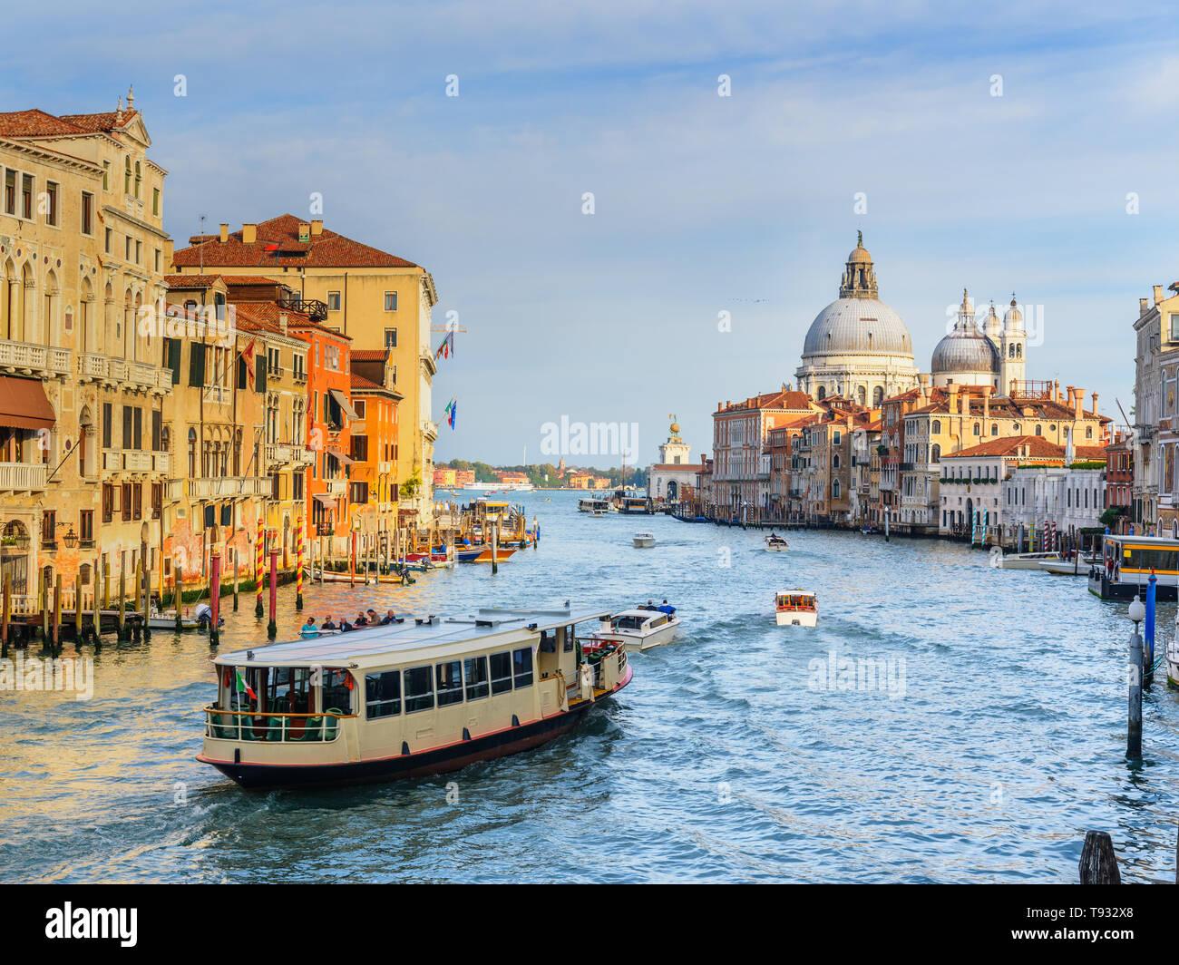 Vista del Canal Grande dal Ponte dell'Accademia a Venezia. Italia Foto Stock