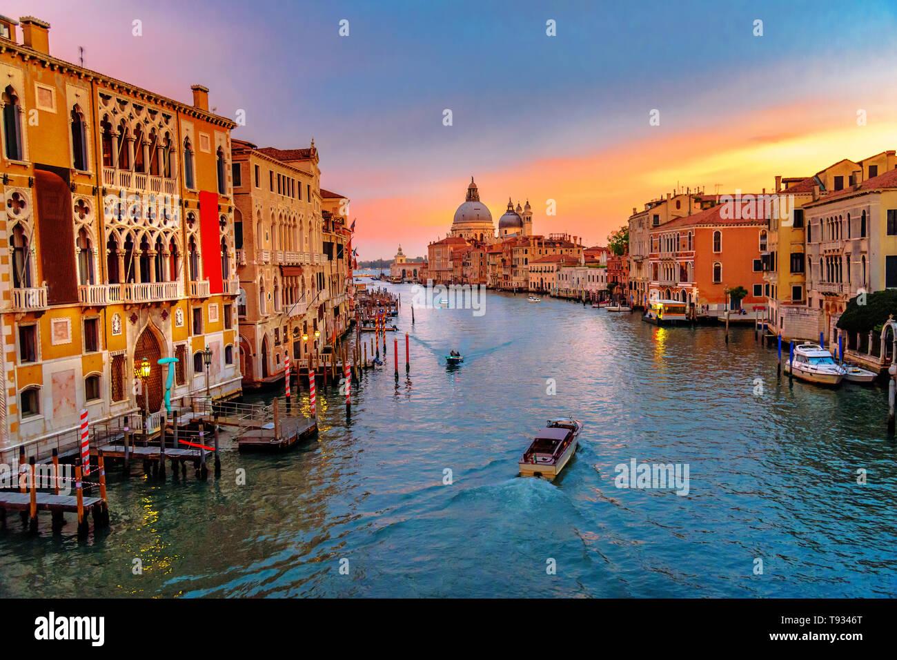 Vista del Canal Grande dal Ponte dell'Accademia sul tramonto a Venezia. Italia Foto Stock