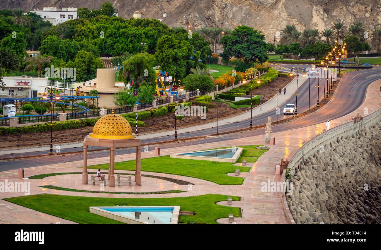 Ben costruito il mare a piedi in Muttrah, Muscat Oman con un Golden Gazebo Dome. Con golden la luce del sole all'alba. Immagini Stock