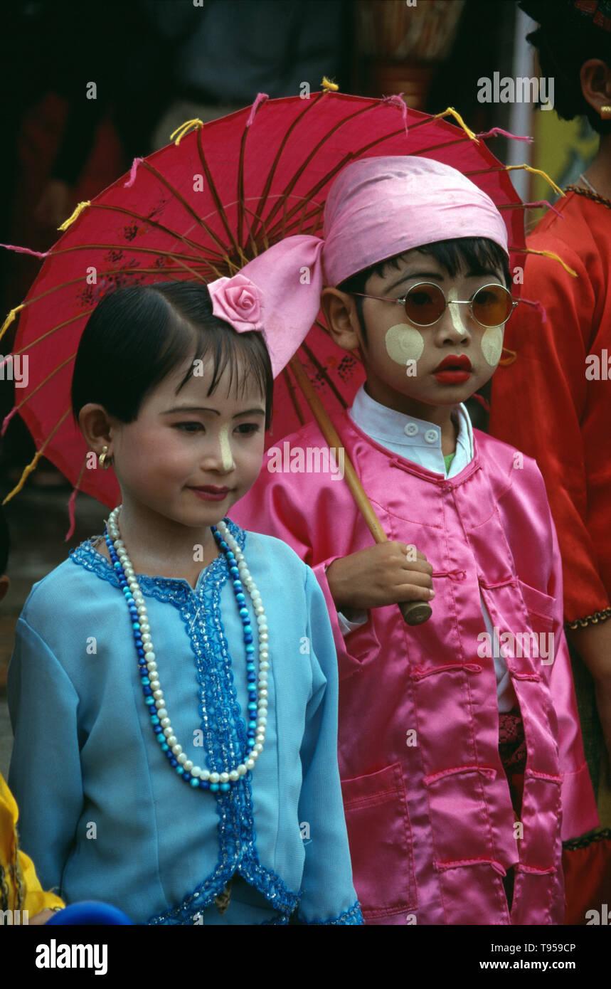 Myanmar. Namhkam. Tribù Shan i bambini. Un ragazzo e una ragazza giovane. Immagini Stock