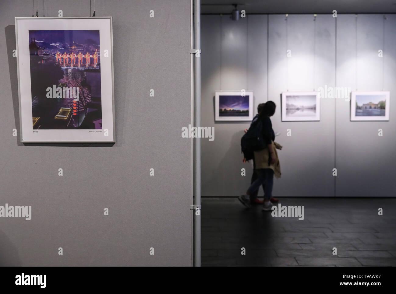 Berlino, Germania. Il 17 maggio 2019. Visitatori guarda le foto visualizzate durante la Nanjing culturali e turismo settimane alla Cina centro culturale di Berlino, capitale della Germania, il 17 maggio 2019. Credito: Shan Yuqi/Xinhua/Alamy Live News Foto Stock