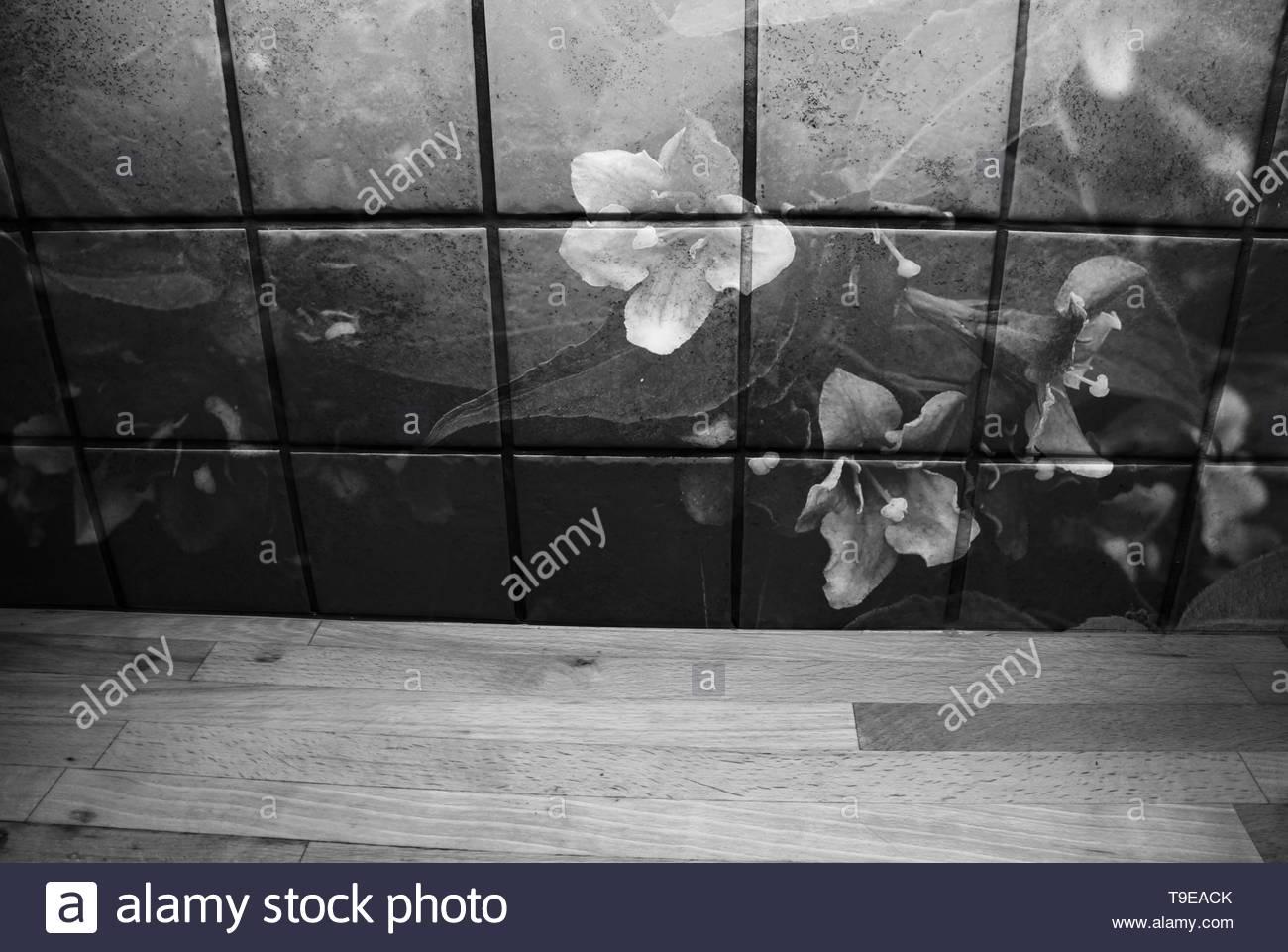 Piastrelle Cucina Con Fiori il ripiano del bancone in legno nella parte anteriore delle