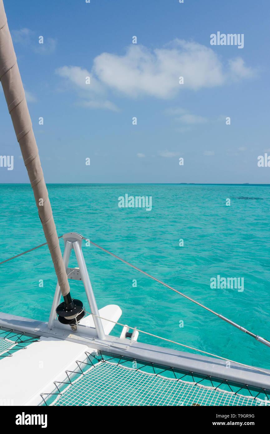La crociera in catamarano all'interno il Belize Barrier Reef, una serie di barriere coralline a cavallo tra la costa del Belize Immagini Stock