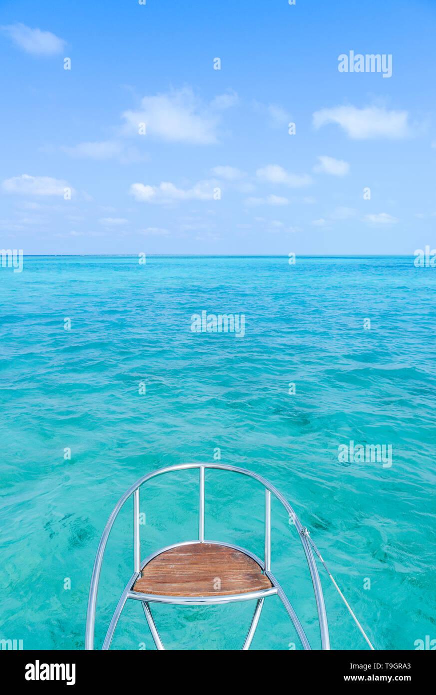 Sedile di prua in crociera catamarano, all'interno del Belize Barrier Reef, una serie di barriere coralline a cavallo tra la costa del Belize Immagini Stock