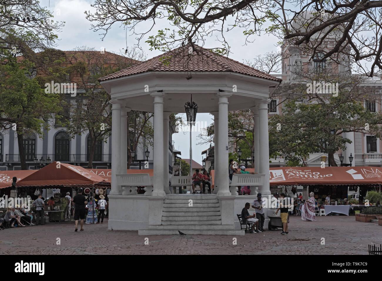 Gabbie di souvenir e il pavilion sulla Plaza de la Independencia, Casco Viejo, quartiere storico della città di Panama Immagini Stock