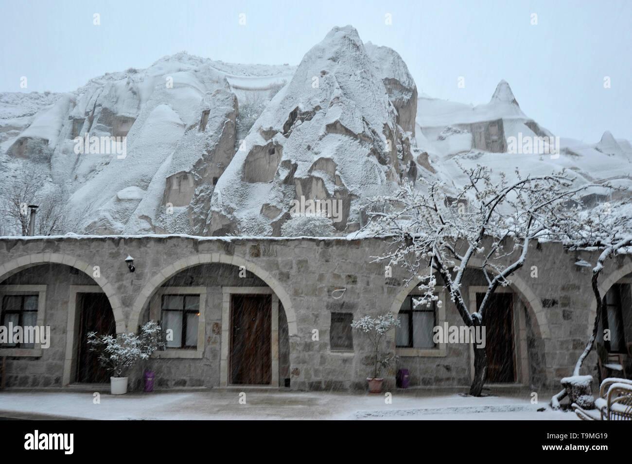 Insolito in pietra naturale con formazioni di neve a Goreme nella regione della Cappadocia della Turchia Immagini Stock