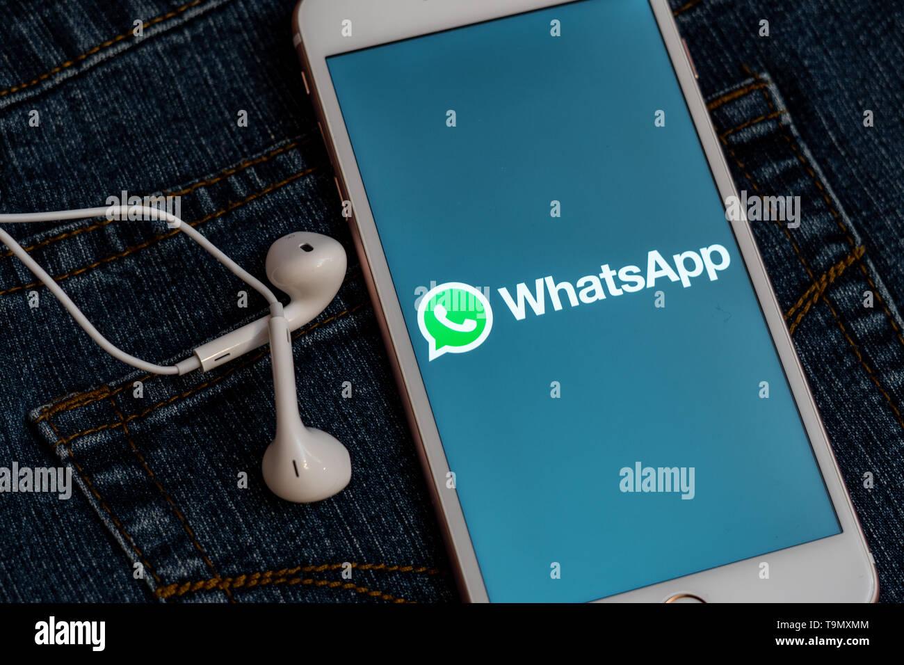 Iphone Bianco Con Il Logo Dei Social Media Whatsapp Sullo Schermo