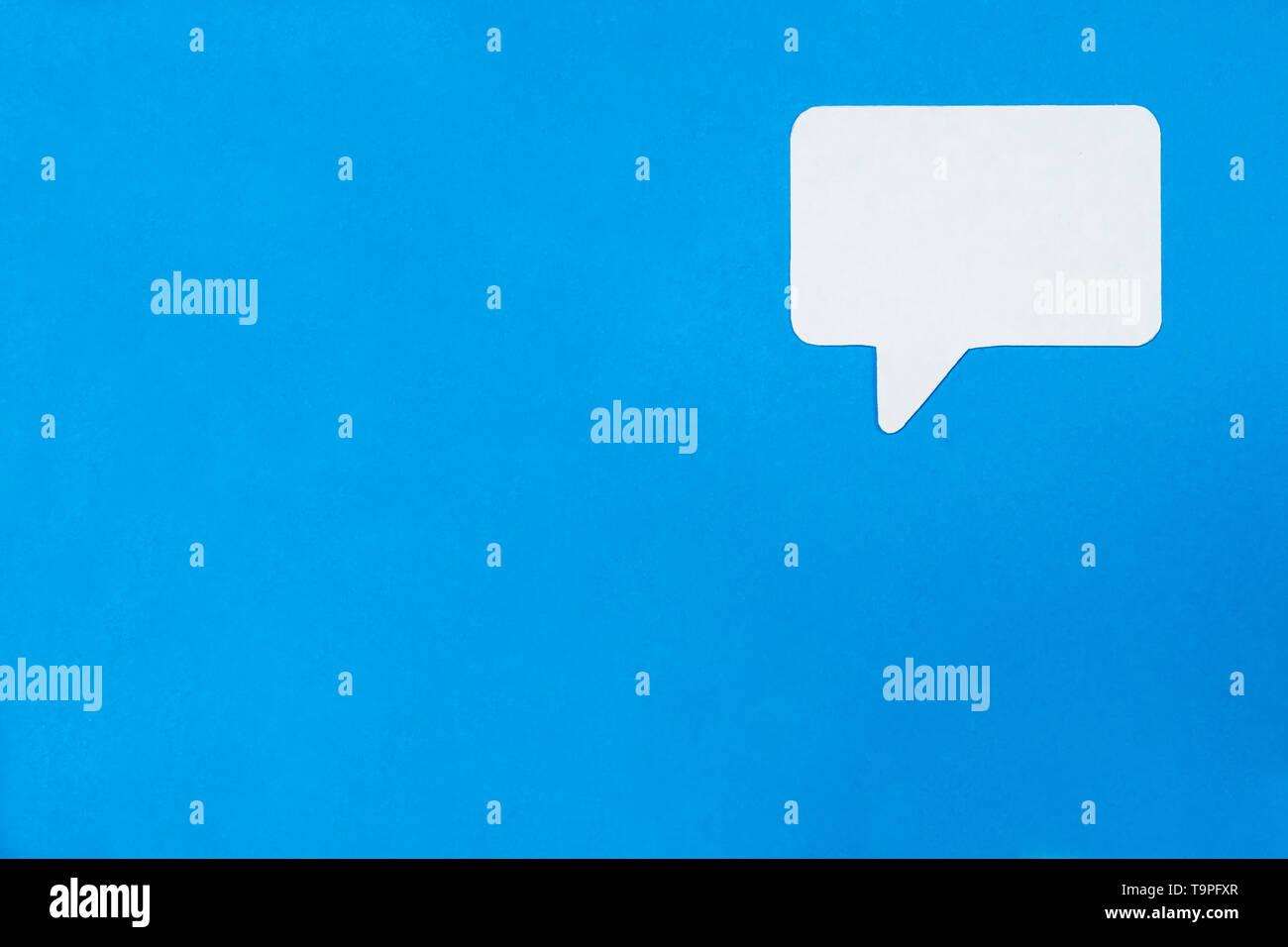 Carta concetto del parlato su sfondo blu. Social Media il concetto di Chat. Immagini Stock