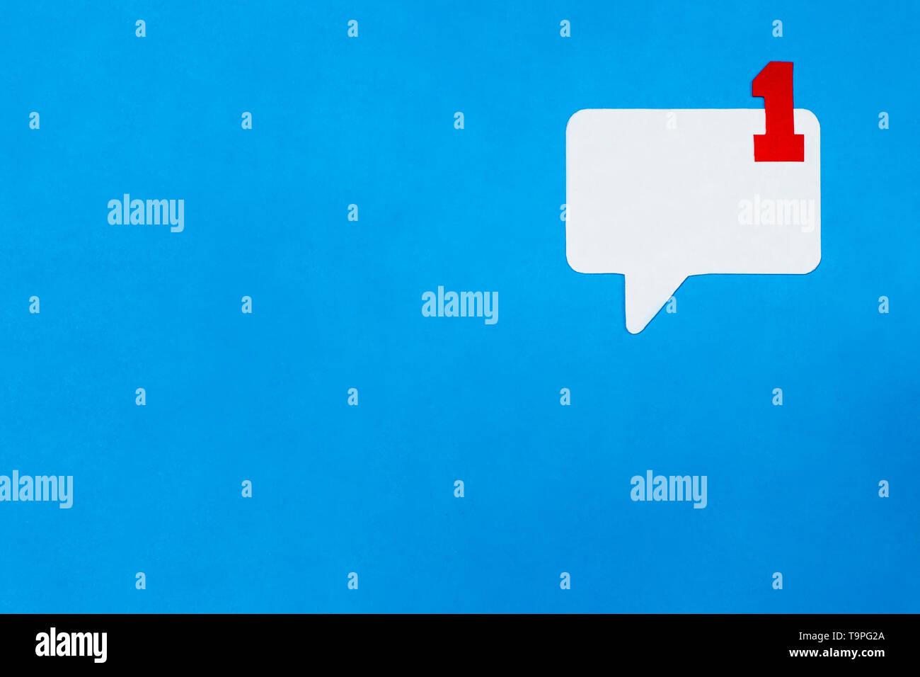 Carta discorso bolla concetto su sfondo blu. Social Media il concetto di Chat. Immagini Stock