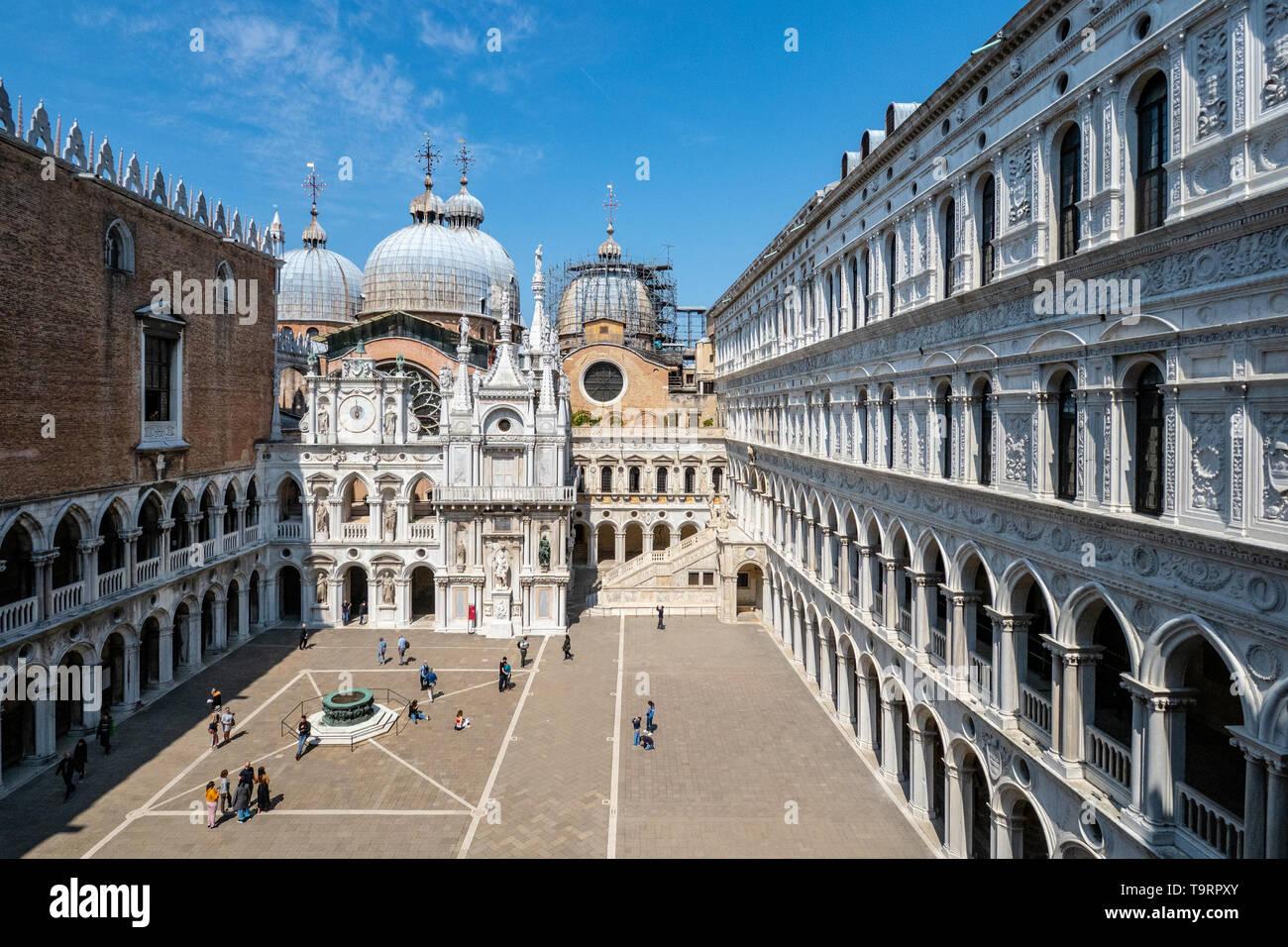 Venezia, Italia - 18 aprile 2019 sul cortile interno del Palazzo Ducale con pochi visitatori durante il giorno. Foto Stock